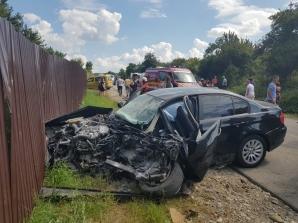 Grav accident rutier, în Bistrița-Năsăud. Trei victime, blocate în mașini