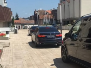 Coloana oficială a lui Dăncilă, pe interzis, la Târgu Mureș. Mașinile, pe spațiul pietonal