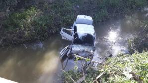 """Beat și fără permis a """"zburat"""" cu mașina de pe pod, la Gherla: două victime"""