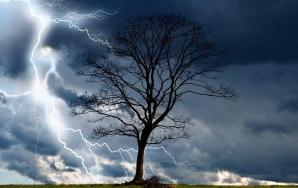 Alertă meteo de FENOMENE PERICULOASE: COD GALBEN de furtuni, vijelii și grindină