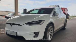 Prinși la vamă când încercau să scoată din România mașini Tesla de 160.000 de euro