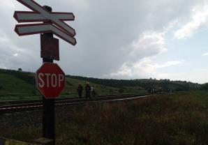 Accident feroviar, în județul Cluj: doi morți, după ce trenul le-a izbit în plin mașina