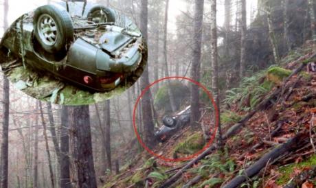 O mașină dispărută în urmă cu 27 de ani, găsită în pădure, înfiptă în pom. Oribil ce era lângă ea!