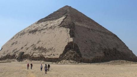 Oamenii au intrat prima dată în misterioasa Piramidă Înclinată din Egipt. Ce îi aștepta înăuntru