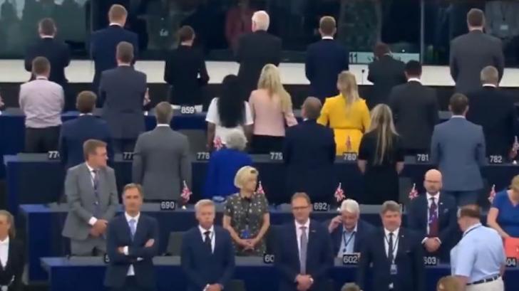 BREXIT SHOW. Europarlamentarii lui Farage s-au întors cu spatele în timpul intonării imnului UE