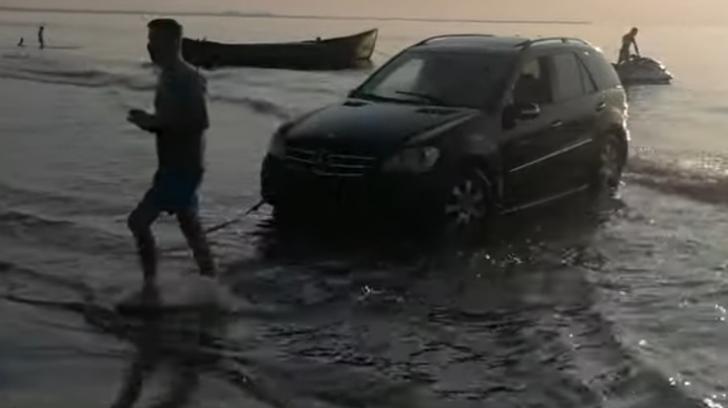Cu SUV-ul în mare