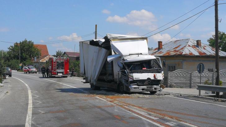 Camion încărcat cu substanțe periculoase, implicat într-un accident rutier, în Dolj