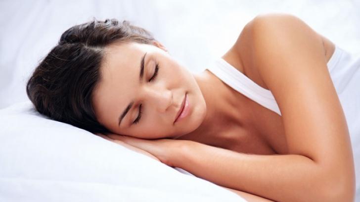 Poziția de somn care te îmbătrânește cu 10 ani