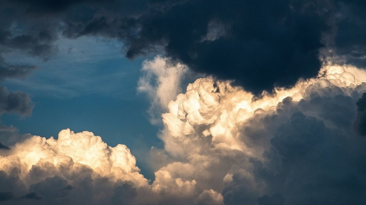 ALERTĂ de fenomene meteo periculoase IMEDIATE. Cod PORTOCALIU: unde lovesc furtunile și grindina