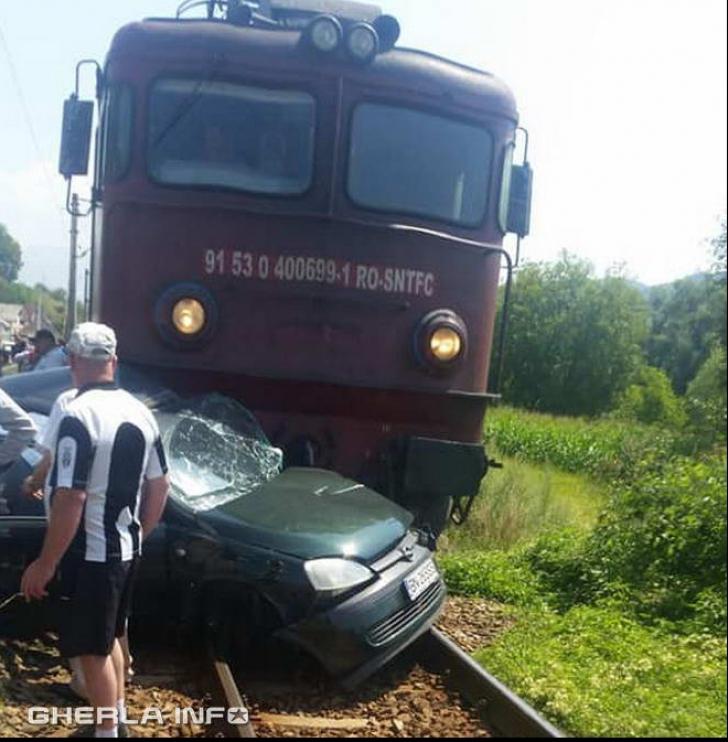 Accident teribil în Bistriţa, un tren cu 100 de pasageri a lovit în plin un autoturism (FOTO+VIDEO)