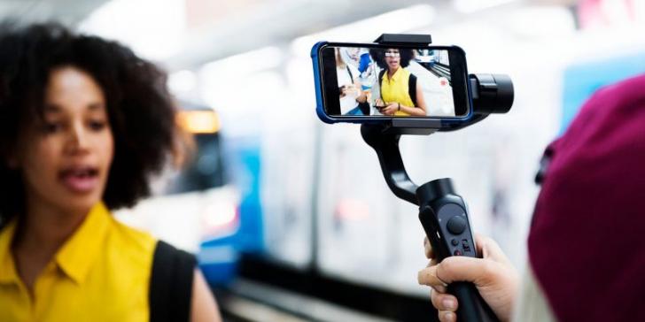 Influencerii din Emiratele Arabe plătesc bani grei pentru licențe media