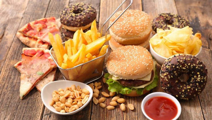 Specialiștii avertizează asupra alimentelor pe care n-ar trebui să le consumăm niciodată