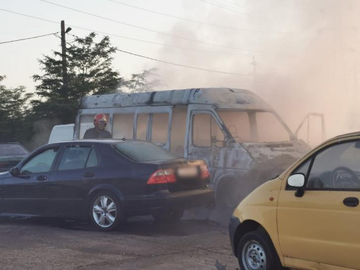 Alertă la Constanța. Microbuz în flăcări, în curtea secției de poliție. FOTO + VIDEO