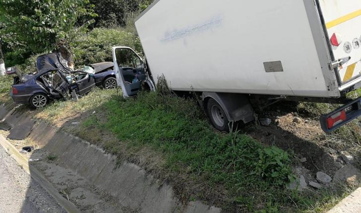 Accident cumplit, în Olt! Un mort și 5 răniți, după impactul cu un camion