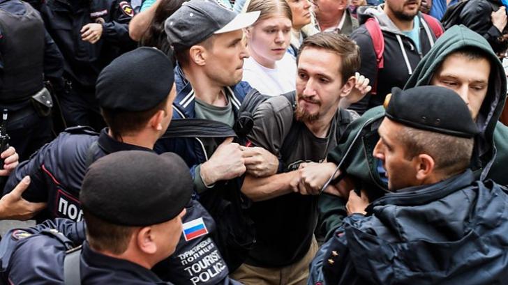 Rusia lui Putin respinge cu furie criticile după arestarea a 1.400 de protestatari