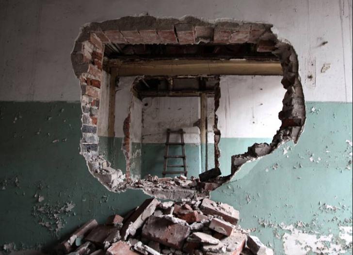 Un perete al unei constructii din Timisoara s-a prabusit. Un om a fost prins sub el
