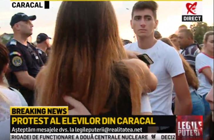 """Protest în Caracal: 100 de elevi, în stradă: """"Suntem generaţia care va lupta pentru acest popor"""""""