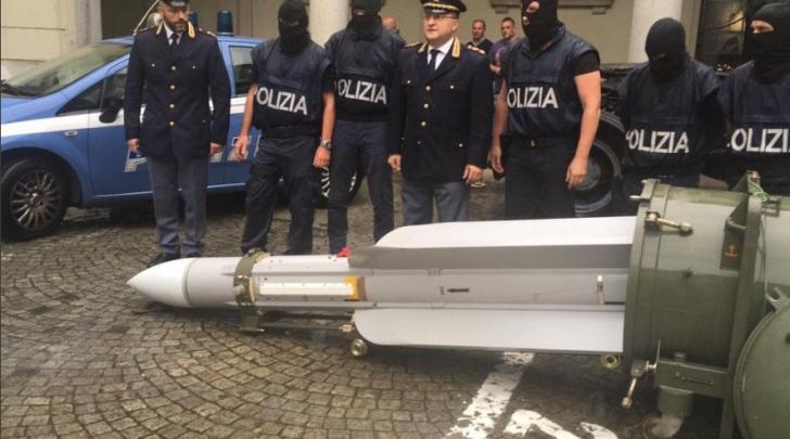 O rachetă și un adevărat arsenal militar, găsite la extremiștii italieni. Filiera pro-rusă