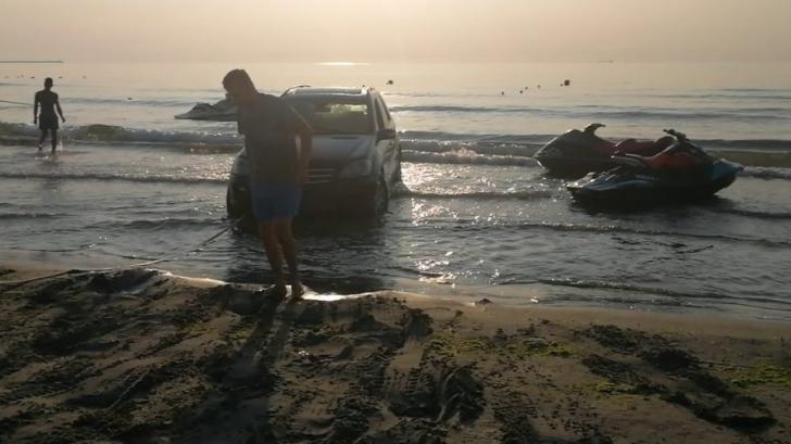 A intrat cu SUV-ul în mare și nu a putut să mai iasă. Scene șocante la Năvodari