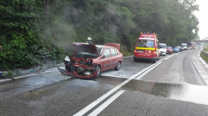 Accident șocant, pe Valea Oltului: mașina a luat foc, la impactul cu peretele din stâncă: 2 victime