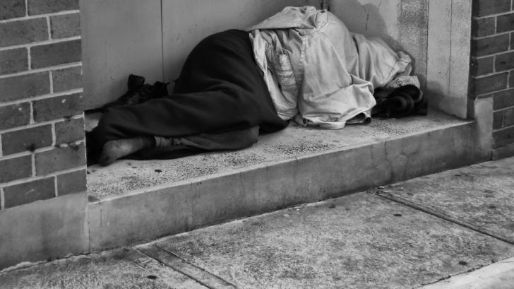 Prigoana săracilor în Italia. Om fără adăpost, amendat cu 200 de euro pentru că a dormit în stradă