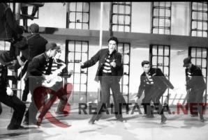 Elvis Presley in filmul Jailhouse Rock. Imagine scanata de pe negativul original