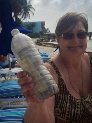 <p>Mesaj șocant, ascuns într-o sticlă, pe plajă. Credea că e nisip, dar înăuntru era ceva terifiant!</p>
