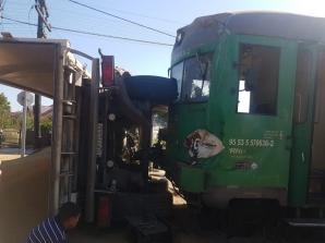 Accident feroviar grav, în jud. Botoșani. Tren cu călători, deraiat: impact violent cu un camion