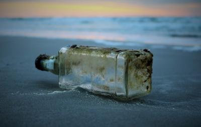 Mesaj șocant, ascuns într-o sticlă, pe plajă. Credea că e nisip, dar înăuntru era ceva terifiant!