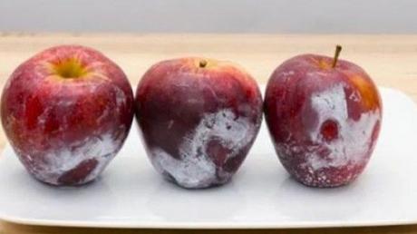 A turnat apa clocotita peste merele din supermarket. Asa a descoperit adevarul oribil