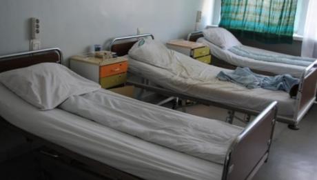 Tanar internat cu malarie, la Iasi, dupa ce s-a intors din Africa, de la munca