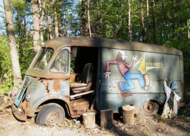 Au găsit în pădure duba originală a trupei Aerosmith, părăsită în anii '70. Uluitor ce era înăuntru