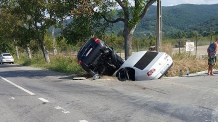 Accident grav: cu mașinile în șanț, după ce au vrut să evite o bătrână care traversa neregulamentar