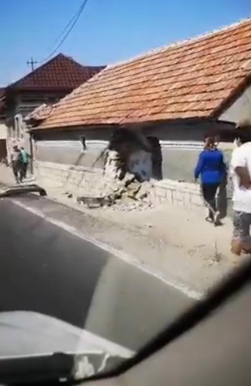 Incident șocant, la Brașov: s-au trezit cu mașina în casă