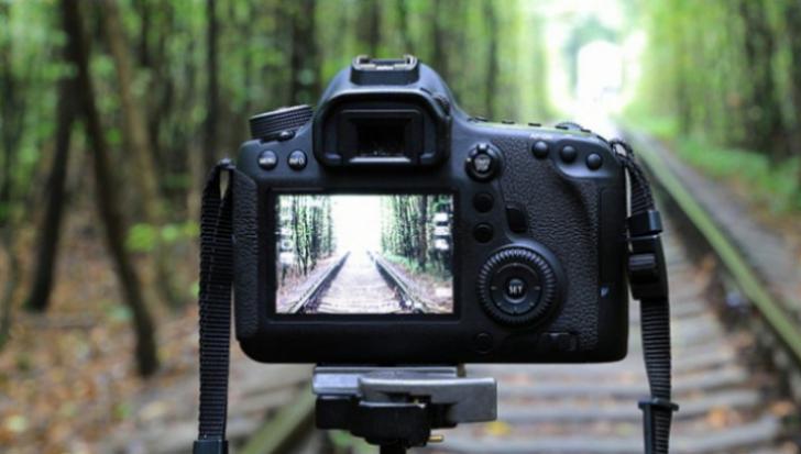 eMAG - Aparate foto DSLR care ajung sa coste chiar si sub 1.500 de lei