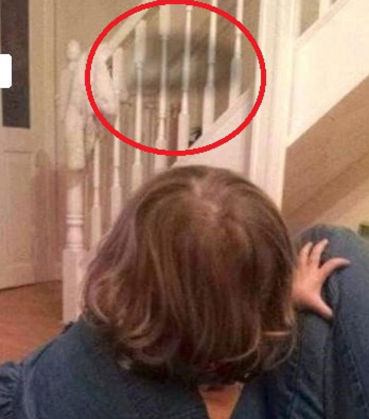 """Și-a pozat fetița, care vorbea cu """"prietenul imaginar"""". Apoi a văzut detaliul șocant din imagine"""