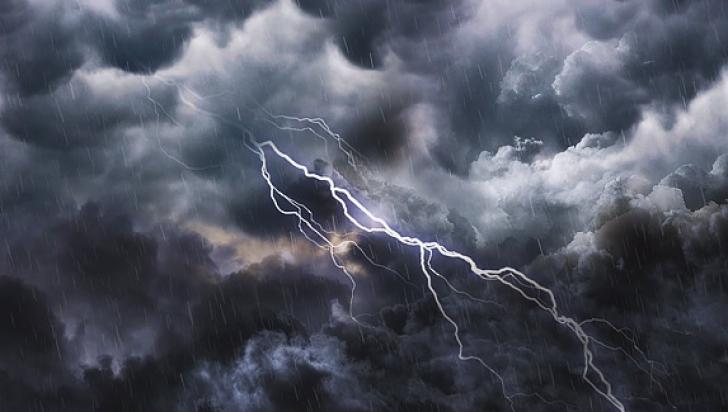 Alertă meteo de FENOMENE PERICULOASE: COD PORTOCALIU de furtuni, vijelii și grindină