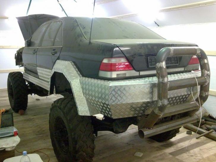 """Un om și-a transformat Mercedesul vechi într-un """"monstru"""" de teren. Imaginile sunt fabuloase"""