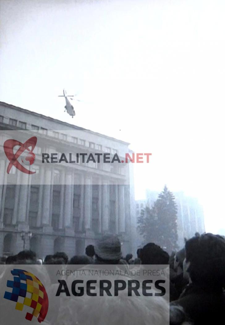 Momentul in care elicopterul in care se aflau Nicolae Ceausescu si Elena Ceausescu pleaca de pe acoperisul CC al PCR (22 decembrie 1989). Reproducere foto Agerpres