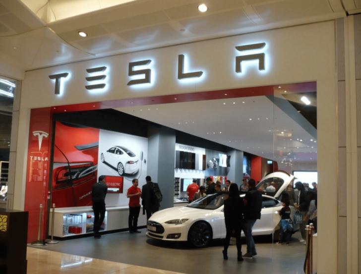 """Românii pot comanda Tesla și în România. Pentru reparații, """"dăm o fugă"""" până în Austria!"""