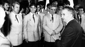 Nicolae Ceausescu si jucatorii echipei de fotbal Steaua, in 1986, dupa cucerirea Cupei Campionilor Europeni