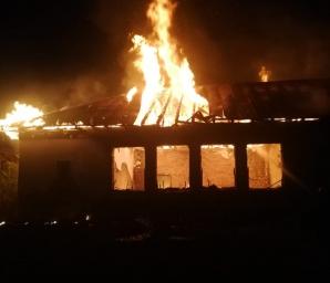 Incendiu la o școală dezafectată. Clădirea a ars din temelii