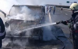 Incendiu pe Autostrada A1, între Sebeş şi Orăştie. Microbuz mistuit de flăcări, în mers