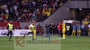 """Momentul in care un steward cade incercand sa """"agate"""" un fan intrat pe teren la Romania - Spania. Foto: Cristian Otopeanu"""