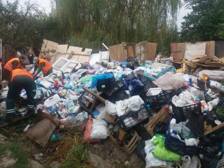 Zeci de tone de gunoaie strânse de la o familie din Pitești