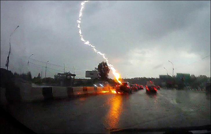 Fulgerul a lovit de două ori, oamenii și-au ținut respirația. Ce a urmat după i-a lăsat fără cuvinte