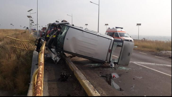 Microbuz răsturnat, după un impact violent cu un cap de pod: o victimă