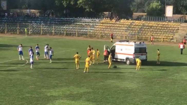 Clipe de groază la un meci de fotbal! Ambulanţa a intrat pe teren
