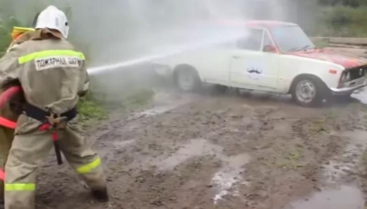 Ce se întâmplă când rogi pompierii să-ţi spele maşina sub presiunea unui furtun de incendiu