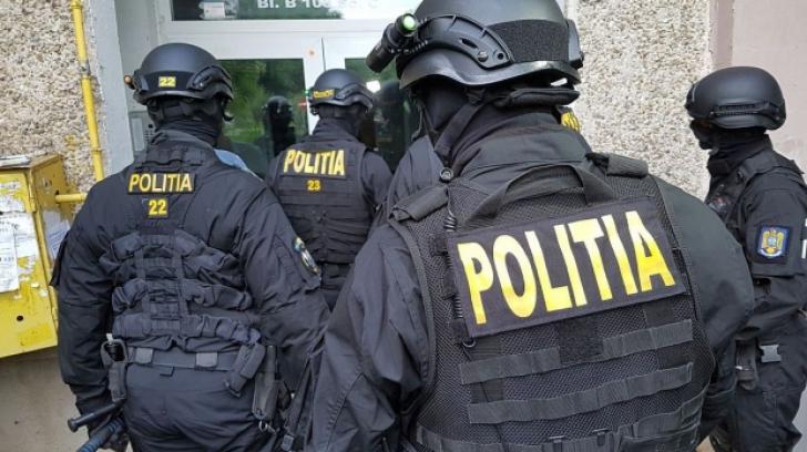 Descinderi ale mascaților într-un sat din Iași. Zeci de persoane duse la audieri